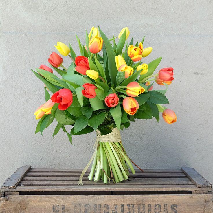Envía a domicilio un ramo de tulipanes en tonos rojos, amarillos y anaranjados. Una de las flores estrellas de la temporada, recién cortados del campo holandés. tulips, tulip bouquet