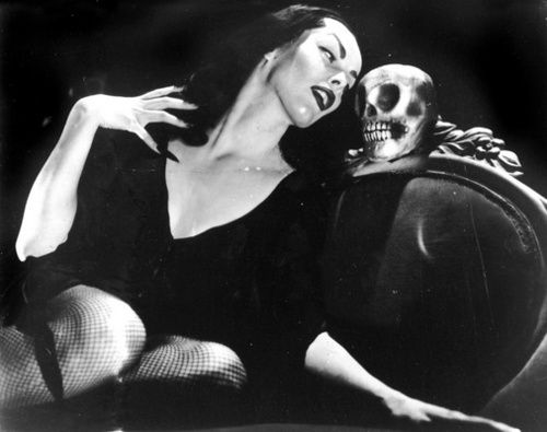 Maila Nurmi was a finnish american actress who created the character Vampira. She portrayed Vampira as TV's horror host in 1950. She is beautiful.: Autumn Forever, Vintage Horror, Classic Horror, Vampire Maila, Bat Grass, Vampira Chattin, Vampira Oldmovi, Beauté Vintage, Halloween