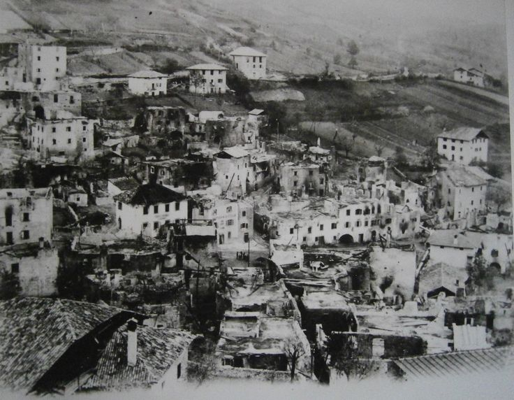 View of Stenico immediately after the fire of May 4, 1914, which burnt down most of the thatched roofs. Notice the restaurant 'alla Stela' and primary schools (or primary school children?) in the lower square (centre of the photo).
