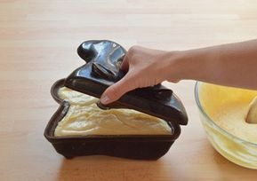Vyzkoušejte recept na velmi jemného a vláčného tvarohového beránka s čokoládovou polevou, který krásně dozdobí velikonoční stůl.