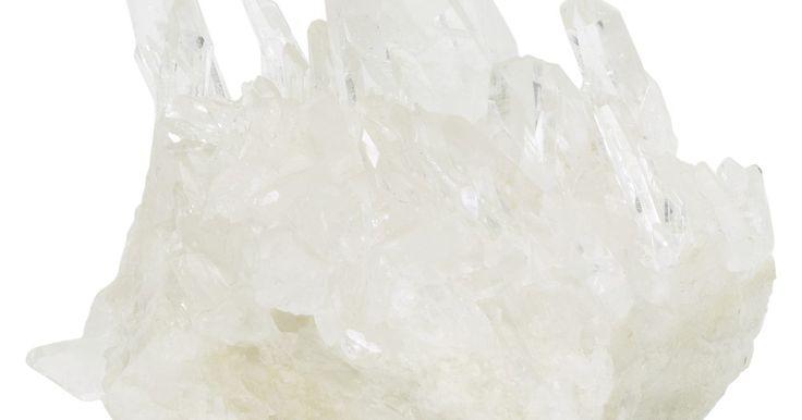 ¿Puedo hacer cristales con alumbre de potasio?. El alumbre de potasio o alumbre de potasa es un compuesto químico que combina el potasio y el aluminio que puedes utilizar para cultivar cristales para un proyecto de ciencias o sólo por diversión. El polvo de alumbre de potasio está disponible en tiendas, y se puede utilizar para crear cristales en unas tres semanas.