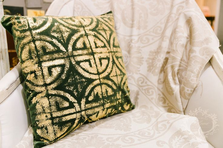 Gilded Velvet Pillow Tutorial by @amyhowardhome. Learn how Amy Howard's Gold Leaf Sheets updated this velvet pillowcase!