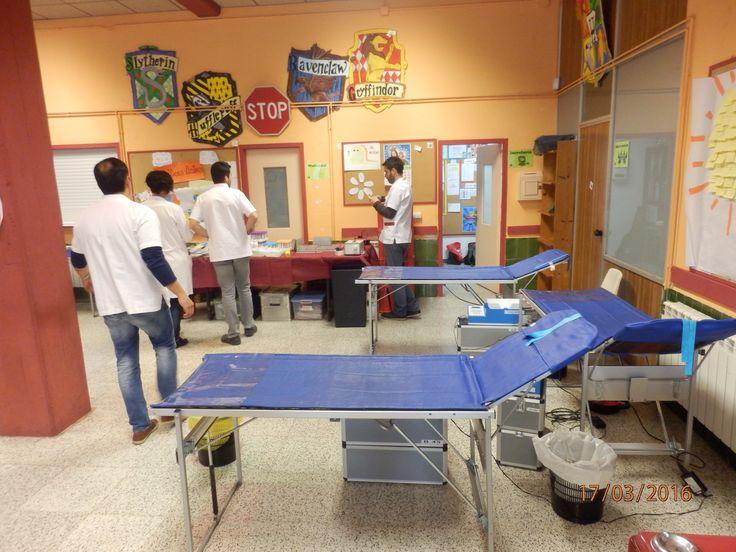 ApS Banc de Sang #Salesians Sabadell. Preparant la sala per les extraccions de sang.