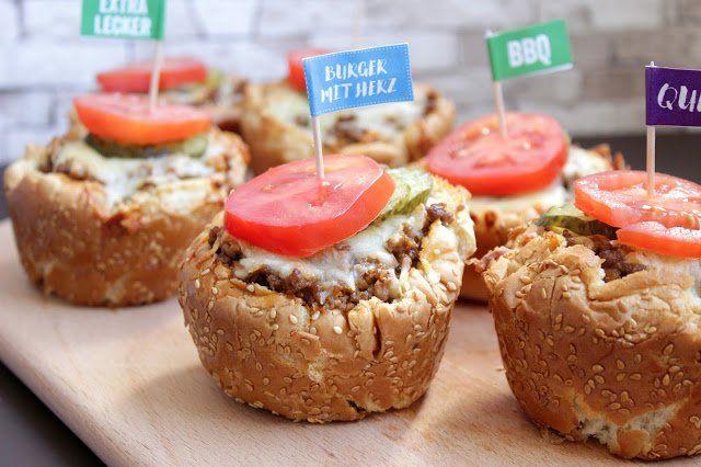 Hallo Ihr Lieben ❤️ Holt Eure Muffinform raus! Heute machen wir easy peasy Cheeseburger! Klingt crazy? Nein, ist ganz einfach ! Einfach Burger Buns nehmen, mit Hackfleisch, Gurken, Tomaten und Käse…
