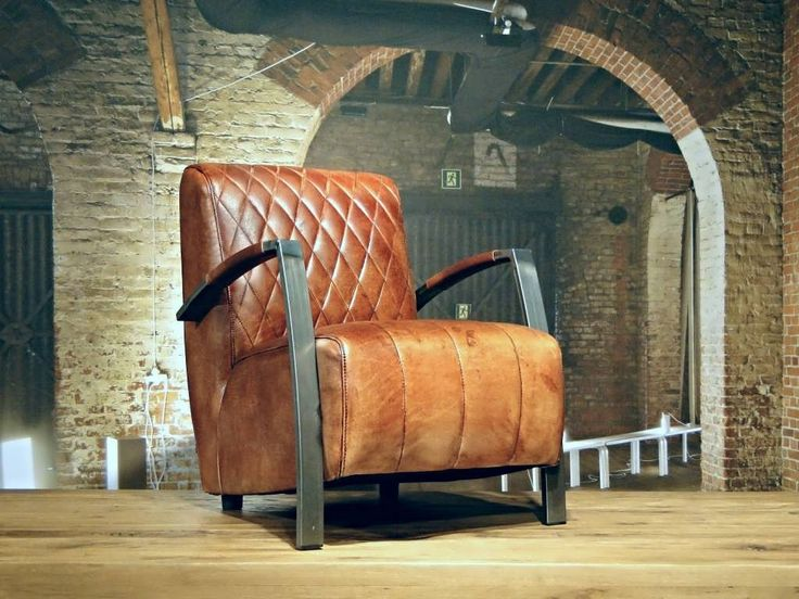 Industriele Fauteuil gemaakt van 100% handgewassen ongecorrigeerd buffelleer. Elke fauteuil is dus uniek en bevat de oneffenheden welke kenmerkend zijn voor ongecorrigeerd leer. Deze fauteuil heeft een zeer luxe en comfortabele zit, enigszins vergelijkbaar met de Balder en Vidar eetkamerstoel, echter dan op fauteuil hoogte.