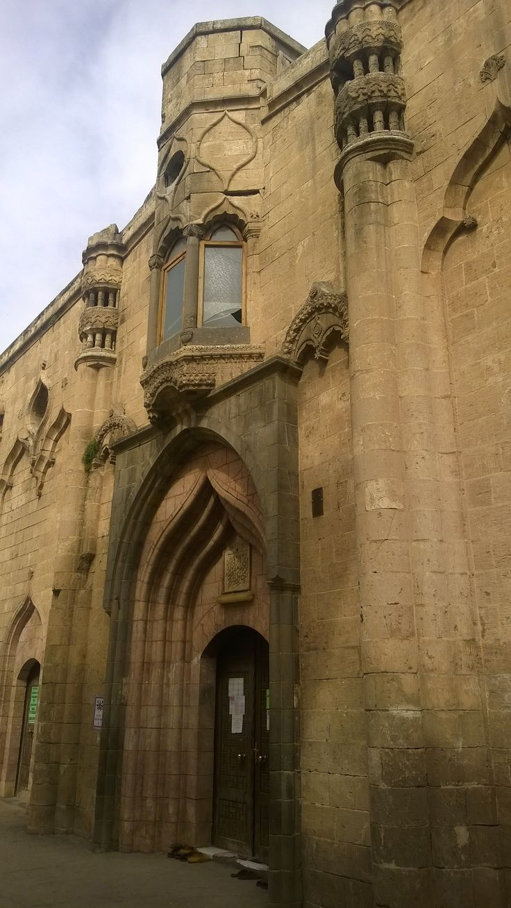 """Fıfırlı cami/Şanlıurfa/// Osmanlı Döneminde yapı üzerinde rüzgar gülü benzeri materyaller olduğundan halk arasında """"Fırfırlı Kilise"""" olarak isimlendirilmiştir.Yapı kilise olarak inşa edilmiştir. Kaynaklara göre Hıristiyanlık açısından büyük önem taşıyan ve Van bölgesindeki Varak Manastırında bulunan """"Varak Haçı"""" 1092 yılında Urfa'ya getirilerek bu kiliseye (Aziz Havariyun Kilisesi) konulmuştur. Caminin mihrabı üzerindeki kitabeden anlaşıldığına göre 1956 yılında kiliseden camiye…"""