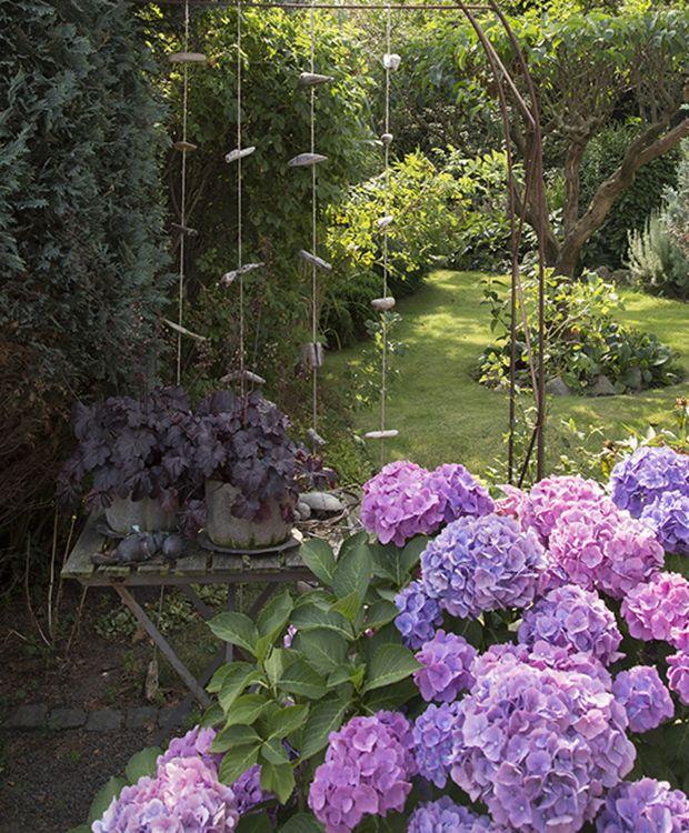 I skønne omgivelser på Bornholm ligger en lille villa omgivet af en stor og blomsterrig have. Her har Stella og Ove Jensen boet mere end 20 år, men da de flyttede ind, var der ikke antydningen af en have. Nu er der stauder i massevis, små stier og kreative stilleben overalt.
