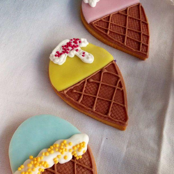 Biscotti senza glutine ricoperti di glassa a forma di gelato. We love icecream!