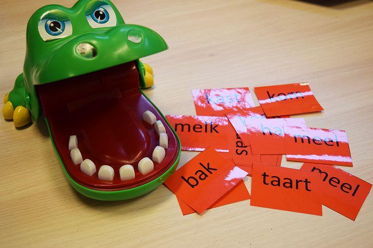 Woorden lezen met de krokodil ook leuk met sommen flitsen. | Klas van juf Linda