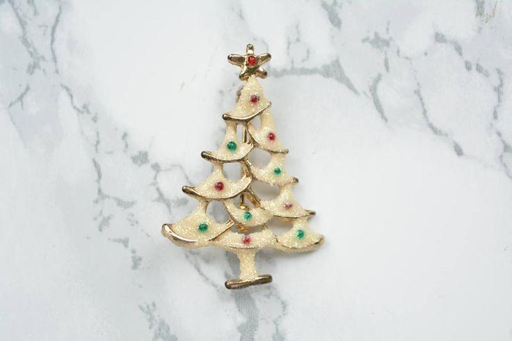 Vintage Brosche verschneiter, geschmückter Weihnachtsbaum mit Emaille und Glitzer // Tannenbaumanstecker //Weihnachtsbrosche // von VintageLoppisStyle auf Etsy