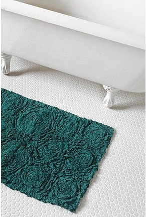 Roses at your feet.: Bath Rugs, Cabbages Rose, Mats Urbanoutfitt, Rose Bath, Urban Outfitters, Fray Rose, Accent Colors, Bathroom Rugs, Bath Mats