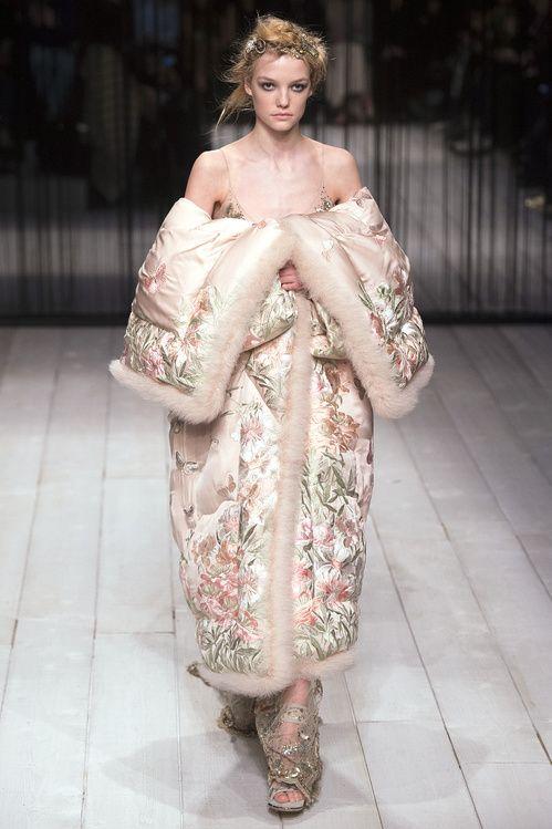 La doudoune façon kimono du défilé Alexander McQueen automne-hiver 2016-2017