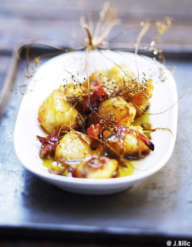 Recette Lotte au four : Allumez le four th. 6 (180 °C). Epluchez les oignons et l'ail, lavez les légumes. Pelez les pommes de terre, coupez-les en rondelles...