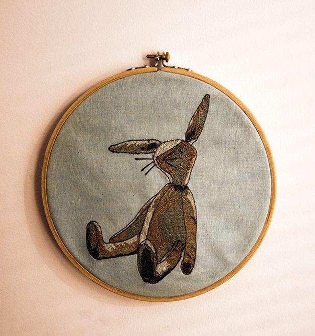 Tamborek drewniany-obrazek z królikiem w stylu vintage.  Średnica tamborka: 20 cm.  Możliwość wyboru własnej palety kolorów.