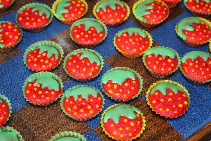 Mini-Muffins - Erdbeeren mögen die Großen auf Diät genauso wie die Kleinen die keinen Zuckerflash bekommen sollen! mini muffins rezept erdbeeren pralinen kinder kindergeburtstag backen diät redvelvetcake