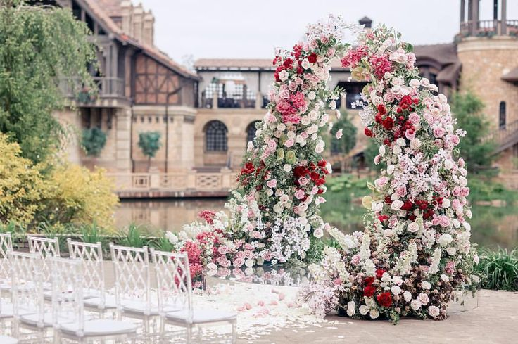 This lush #floralarch and its charming surroundings make this the definition of ceremony #goals! @caramelwedding
