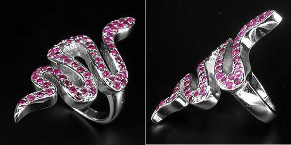 Кольцо-змейка из серебра с рубинами. Украшение - амулет.