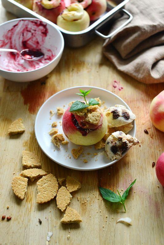 Apetyt na jesień! Pieczone jabłka z owocami, kruchymi ciasteczkami i lodami. | Make Life Easier