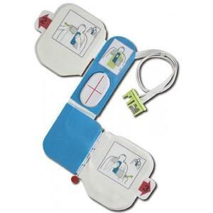 Elektroder till Zoll AED Plus. Med inbyggt HLR-stöd som mäter hur djupt man ger bröstkompressionerna, på så vis säkerställs att man verkligen kommer ner minst 5 cm.