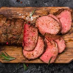 Außen leicht gebräunt, innen hellrosa und butterzart – so sieht wohl das perfekte Roastbeef aus. Doch welches Fleisch ist das eigentlich? Und wie funktioniert die Zubereitung, muss es immer Niedrigtemperatur sein? Und welche Beilagen passen am besten? Wir verraten dir, wie es dir perfekt gelingt.