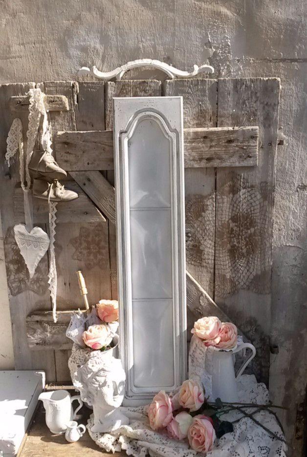 eine schmale lange Schranktür im Shabby Chic mit Glas Einsatz ...die Tür ist komplett geweißt und geschäbt ein schöner Blickfang ....  Breite 20cm Höhe 93cm