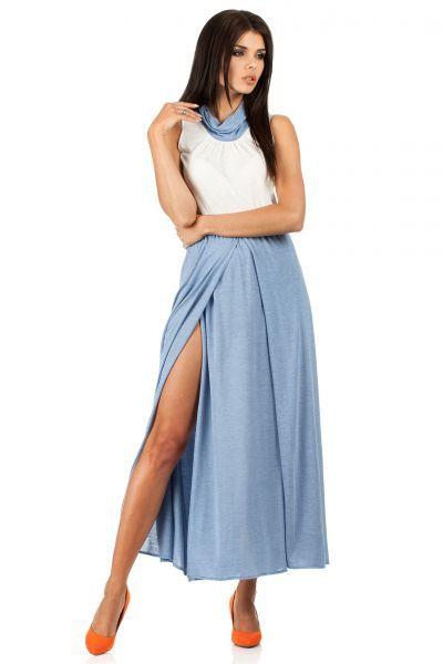 Błękitno biała sukienka z szalowym dekoltem