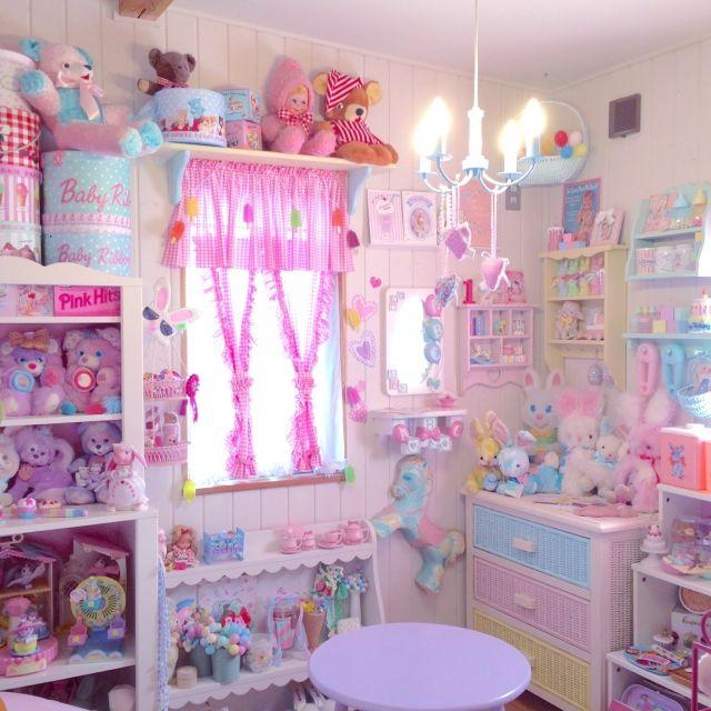 candylandkidsさんの、ファンシートイ,IKEA,うさぎ,ベビーモチーフが好き,ビンテージ雑貨,くま,飾り棚DIY,ぬいぐるみ,DOLL,パステルカラー,帽子箱,アメリカンヴィンテージ,コレクションルーム,お菓子モチーフ,アイスクリーム,木の家,ファンシー,ビンテージ,ピンク,部屋全体,のお部屋写真