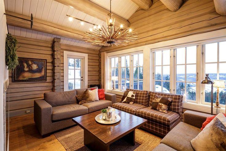 Eiendommen har en unik beliggenhet på vakre Aurdalsåsen, fra hytta kan man ake inn i alpinbakken (ca 250 m) og skisporet går ved hyttefeltet. Tomten grenser til friluftsområde og har storslått utsikt mot Jotunheimen og Hemsedalsfjella.