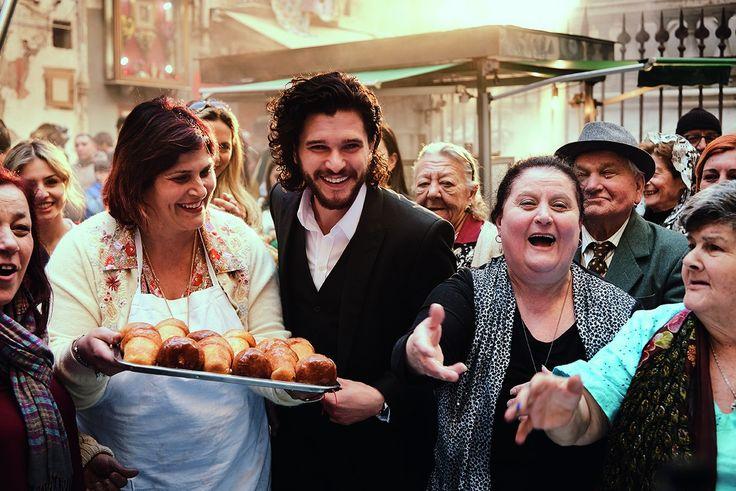 На улицах Неаполя всегда найдется время на вкусную выпечку — даже во время съемок нового рекламного ролика The One! Следуй за Китом Харингтоном по улицам Неаполя, будь единственным!  #DGTheOne #DGBeauty #лэтуаль #letoile #mycrazy20 #моисумасшедшие20