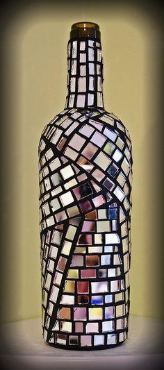 Botella decorada en mosaico.                                                                                                                                                      Más