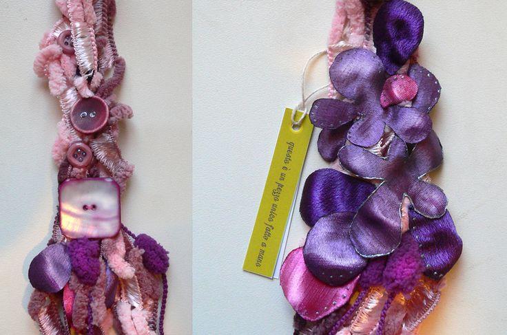Collana tessile con fiori di seta rosa fucsia v... di Luciana Torre - accessori tessili handmade e ceramica dipinta a mano. Pezzi unici su DaWanda.com