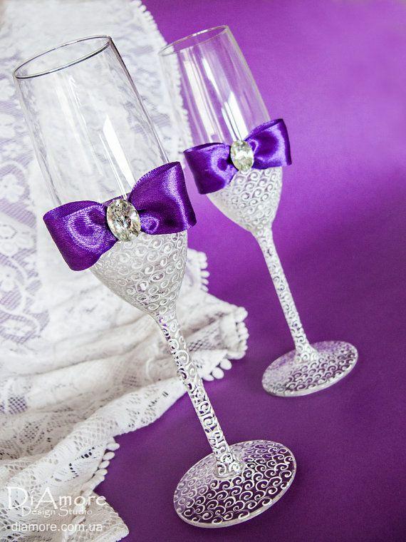 Suscríbete a nuestro Facebook y te enviaremos un cupón de 5%  https://www.facebook.com/DiAmoreDS/ Estas flautas de champán púrpura boda decoradas con motivos exquisitamente hechos se convertirá en una decisión creativa y original para tu boda. El original diseño de estas gafas no sólo hacer el momento del registro más conmovedor y hermoso, sino subrayar el estilo general de la boda. Gafas de la colección de Novia de boda.  Productos exclusivos de DiAmoreDS son perfectos pa...