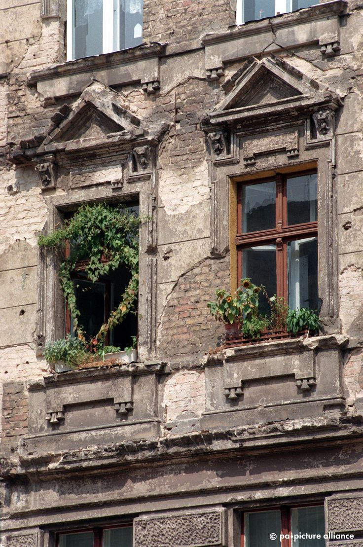 BERLIN, 1996 ist der Prenzlauer Berg mit seinen bröckelnden Fassaden noch das größte Sanierungsgebiet Europas.