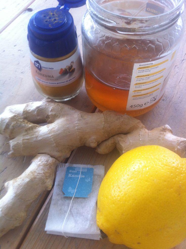 Wat heb je nodig voor de feel good thee?--  twee mespuntjes kurkuma-- twee schijfjes verse gember of twee mespuntjes gemberpoeder-- theezakje kamille-- 1/4 citroen (Rens Kroes gebruikt een halve maar dat vind ik echt te zuur)-- theelepel honing / Hoe maak je het? --  Doe alle ingrediënten in een grote mok en giet er koken water over heen. Klaar is je feel good drink.  Geniet ervan!