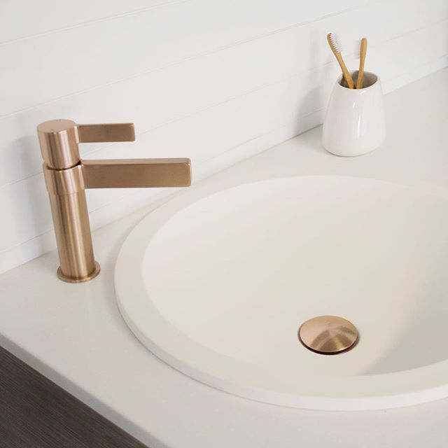 R O S E G O L D ✖️ The Martini Ritz Basin Mixer and Universal Plug & Waste in Brushed Rose Gold create warmth in a neutral space. #jamiejtapware