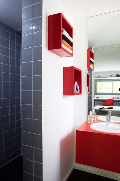salle de bain rouge  blanc et gris