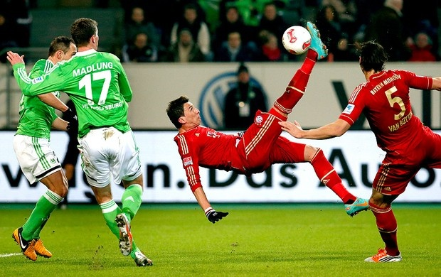 Mario Mandzukic marca o gol do Bayern de Munique contra o Wolfsburg (Foto: AP)