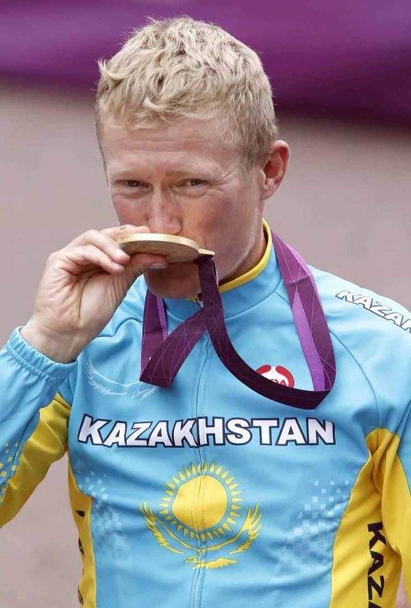 Alexandre Vinokourov (Kazakhstan) finishes his career with Olympic gold.