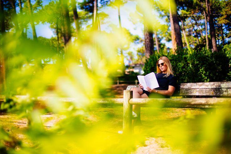 ⁓ La Pointe aux Chevaux ⁓ Lecture à l'ombre des pins, face au Bassin : http://lege-capferret.les-escapades.fr/nos-coins-secrets-lecture/ #vraiesvacances #legecapferret #lecture #vacances