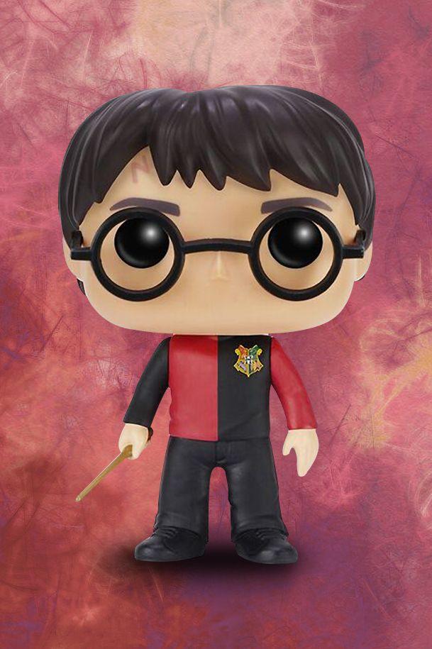 Ganz egal, ob ihr nun #Muggles oder #Zauberer seid - #Harry #Potter geht immer. Zusammen mit Harry, Ron und Hermine haben wir die dunklen Ecken der Winkelgasse ausgespäht, den verbotenen Wald betreten und jede Menge #Zaubersprüche gelernt. Bei uns bekommt ihr Harry Potter im #trimagischen Turniertrikot als Funko-Pop-Sammelfigur. Besonders cool: die 10 cm hohe Figur wird in einer stylischen Fensterbox geliefert. #funkopop