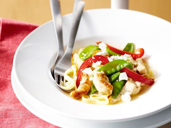 Linguine with chicken, snow peas, grilled bell peppers, shallot and feta <3