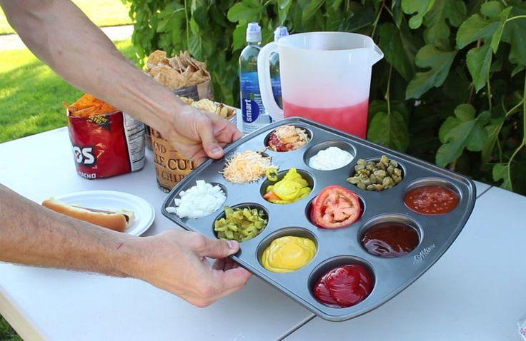 Contenedor para salsas.  Sabías que puedes utilizar el molde para cocinar magdalenas y muffins de una manera diferente! En lugar de la masa para tu postre, puedes poner varias hierbas o especias o varias salsas. Tendras una cómoda y útil bandeja para salsas. Uno puede llegar con su salchicha y mojarla en todas las salsas en cuestión de segundos