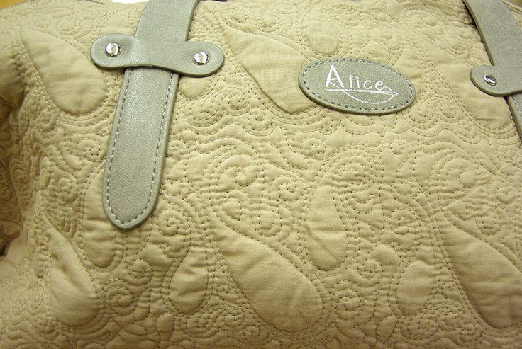 Sac à main esprit Boutis pour emmener votre laine. Disponible au rayon Mercerie de votre magasin Ellen Décoration.