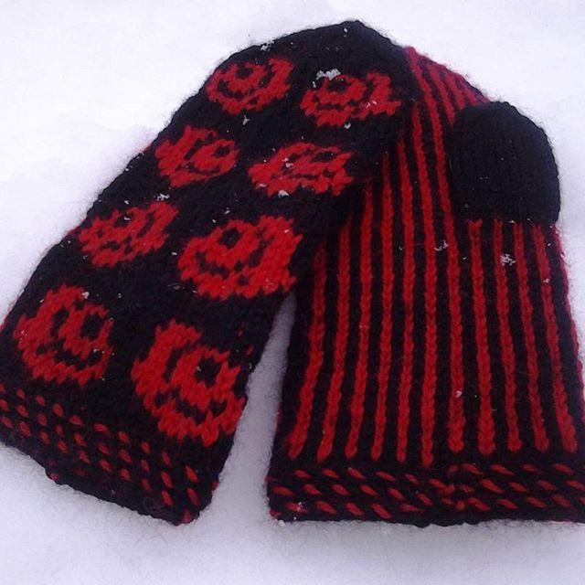 "Oisko sopiva nimi vaikka ""Karjalan ruusu""  ...Lapaset lahjaksi  #knitting #mittens #wool #rose"