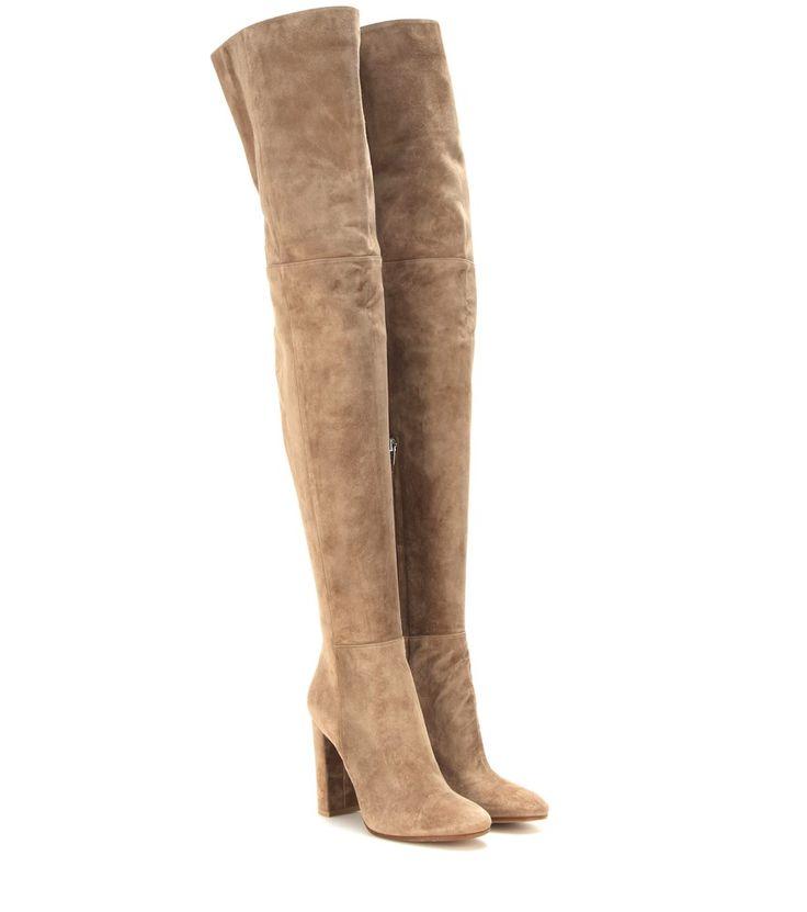 Gianvito Rossi - Cuissardes en daim - Gianvito Rossi signe une paire de cuissardes élégante et sophistiquée. Confectionnées en daim camel, elles se distinguent par leur silhouette élancée qui épousera les courbes de vos jambes. Une pièce raffinée qui deviendra incontournable au sein de votre garde-robe. seen @ www.mytheresa.com