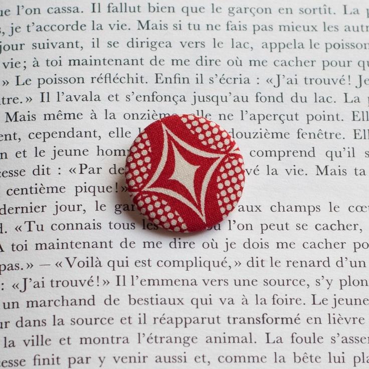 "1.25"" Fabric pinback button 'Rouge Rétro' - $3.30  #badge #pinback #button #pin #tissu #fabric #peachbanana"