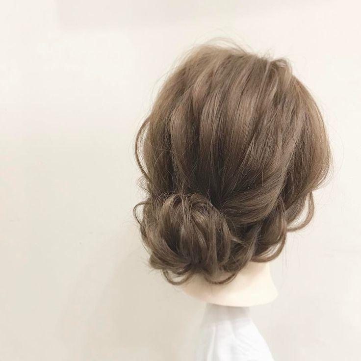 ①バックとサイドに分ける。 ②バックの毛を結んでくるりんぱ。ほぐす。 ③くるりんぱした毛束を三つ編みして、くるっと丸めピンで留める。 ④両サイドの毛を三つ編みして、バックサイドで留める。 ⑤完成。