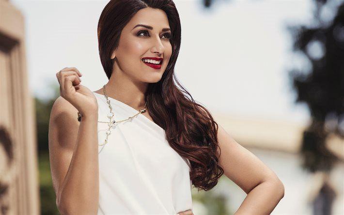 Télécharger fonds d'écran Sonali Bendre, l'actrice Indienne, Bollywood, maquillage pour les brunes, le sourire, la robe blanche