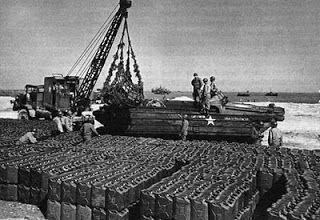 Red Ball Express: Des millions de jerrycans, moyen d'acheminer le carburant, sont stockés sur les plages et dans les campagnes environnantes
