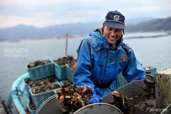 毎日新聞写真部(@mainichiphoto)さん   Twitter///goo.gl/4hdctR  東日本大震災による地盤沈下と堤防決壊により、全域が水没した宮城県石巻市の長面地区。海に沈んだのどかな集落の姿は、住民の心に焼き付いています。この5年間を記録した50枚の写真特集と共に。
